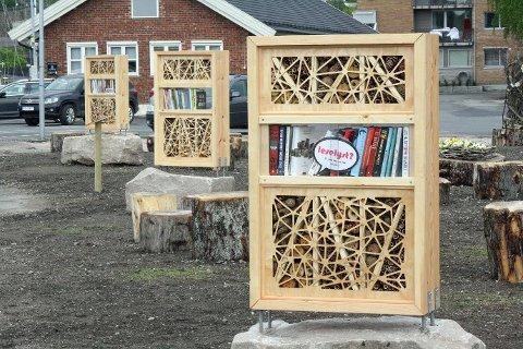 FLERE FLUER I EN SMEKK: Insektshotellene er satt opp på baksiden av biblioteket. De rommer også bøker.