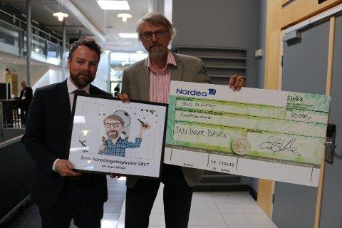 50.000 KRONER: Det var kunnskapsminister Thorbjørn Røe Isaksen som delte ut prisen på 50.000 kroner. Pengene vil Jan Ingar Båtvik dele med studentene sine, som kan vente invitasjon til fest – når eksamen er over.