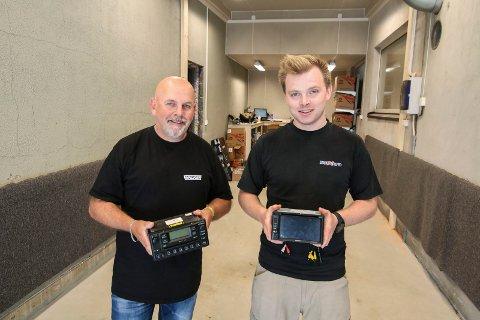 Tråkket til: Espen Wistner (til venstre) får en egen hall å montere DAB-radioer i. Thorbjørn Lerfald i BilXtra har forberedt seg til overgangen i september. De viser frem gammel FM- og ny DAB-radio.