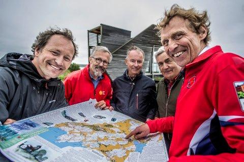 Ut på tur: Lars Ole Klavestad, Fredrik Ellefsen, Stig Bache Rolf Gulbrandsen og Tom A. Karlsen presenterer det nye kartet over Østsidenmarka og Borge Varde.