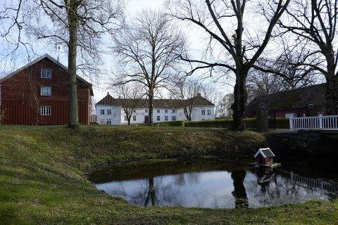 Mens man vandret ut fra Elingaard Herregård etterpå kunne man ikke la være å tenke på rikskansler Jens Bjelke og Christian IV også vandret her engang tidlig på 1600-tallet, skriver Gaute Jacobsen.