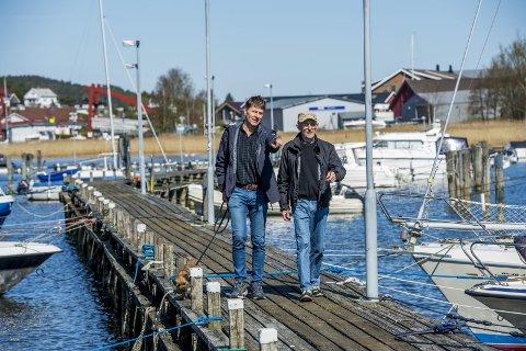 100 ledige plasser her:  I havna på Fjeldberg er det enkelt å få båtplass. Nå er det 100 ledige plasser som skal fordeles til nye  båteiere. Her nestleder Ørnulf Omberg, til venstre,  og havnesjef  Bjørn Eriksen som viser vei.  Neste år er de gamle bryggene erstattet med nye flytebrygger. Foto: Erik Hagen