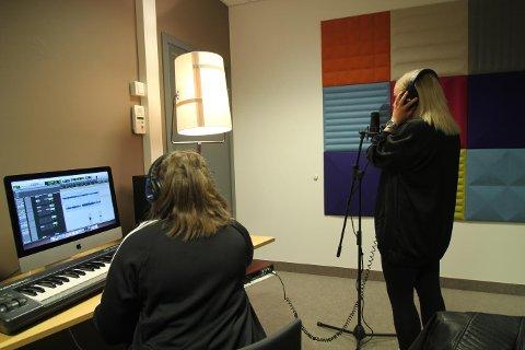 Mestring: Her er  musikkterapeut Kari Duesten sammen med en bruker under musikkinnspilling.
