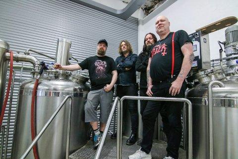 Eget øl: Brygger Christer Wold (helt til venstre) kan om noen uker by Stig Amundsen, Anders Odden og Eirik Norheim på deres eget øl.