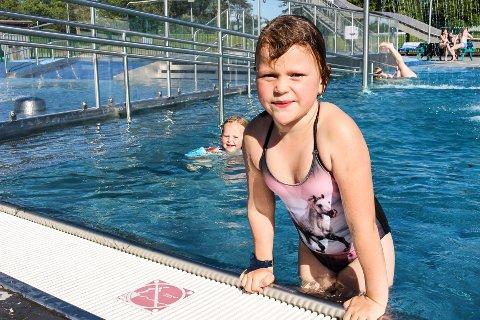 SJU ÅR: Elvira Oline Svåsand feiret sjuårsdagen sin med utebading sammen med lillesøster Elena Sophie på tre år (bak).