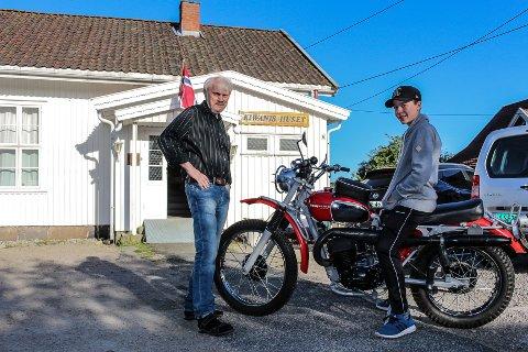NYTT TILBUD: Kiwanis i Fredrikstad har startet mopedmekkekafe på Kiwanis-huset på Gressvik. Her kan ungdommer ta turen for å få hjelp til å skru, og møte andre med interesse for motor. Terje Karlsen (t.v.) håper flere vil gjøre som Marius Hostad Stavik (15) å komme på treffene på torsdager.