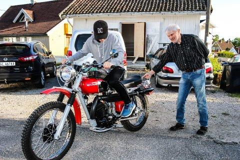 GAMMEL SYKKEL: Marius Hostad Stavik (15) er ennå ikke gammel nok til å kjøre moped, men fikk prøvesitte Terje Karlsens gamle militærmotorsykkel fra 1968 da han besøkte mopedmekken på torsdag.