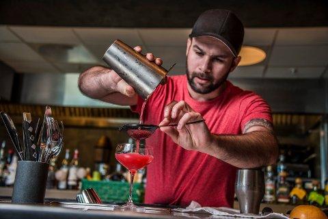 Osman Ersoy, daglig leder og eier av Savoy bar, hadde et knallår i fjor. Til tross for korona tror han ikke tallene i årets regnskap blir noe dårligere - takket være omstillings-villige ansatte og en travel sommer.
