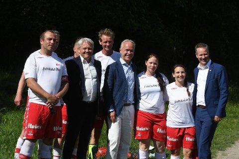 CUP: Frps Bjrønar Laabak, Kommunal- og moderniseringsminister Jan Tore Sanner og ordfører Jon-Ivar Nygård var tirsdag på Hankø for å sparke i gang turneringen. (Foto: Kristian Bjerke / Fotballstiftelsen