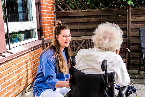 I FULL JOBB: Gina Berstad (22) er en av dem som gjennom sommeravtalen til Fredrikstad kommune har fått sommerjobb ved Glemmen sykehjem. Avtalen, som frister med god lønn, er et tiltak fra kommunen for å rekruttere flere sykepleiere.