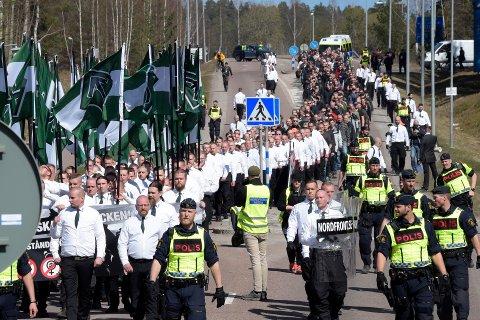 Fikk nei: Den nordiske motstandsbevegelsen, her fra en demonstrasjon i Falun i Sverige, fikk ikke marsjere gjennom Fredrikstad sentrum 29. juli. Nå blir det isteden fargerik folkefest i byen.