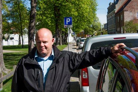 Frode Samuelsen, virksomhetslederen som har satt parkeringspolitikken i Fredrikstad ut i livet. Brevforfatter Victor Kristiansen mener den er tilpasset dagens virkelighet i Norges mest attraktive by.