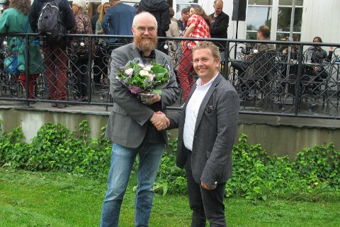 STIPEND: Arne Revheim fikk kommunens stipend 25.000. Overrakt av kultursjef Ole-Henrik Holøs Pettersen