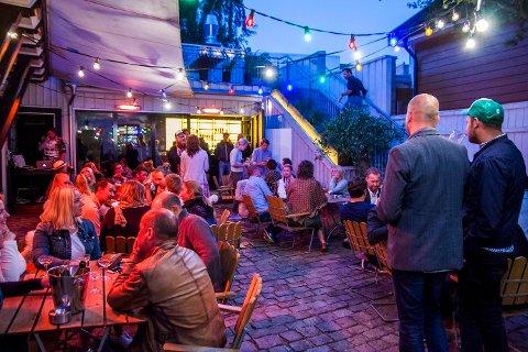 Ute: Holwech har både ute- og innelokale. Bildet er tatt lørdag kveld da det var åpningsfest.