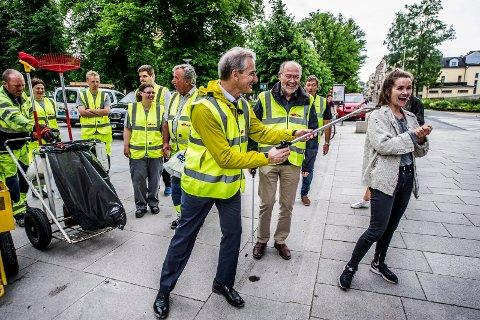 Valgkampen er i gang, og da gjør politikerne ting de både kan og ikke kan. Forrige uke plukket Jonas Gahr Støre søppel i Fredrikstad sentrum – tett fulgt av partiveteran Svein Roald Hansen.