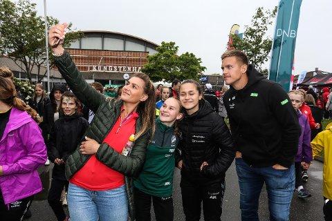 STARSTRUCK: Julie Johannessen og Alisa Kararich legger ikke skjul på at de ble litt starstruck da Amanda Kurtovic tok initativ til en selfie.