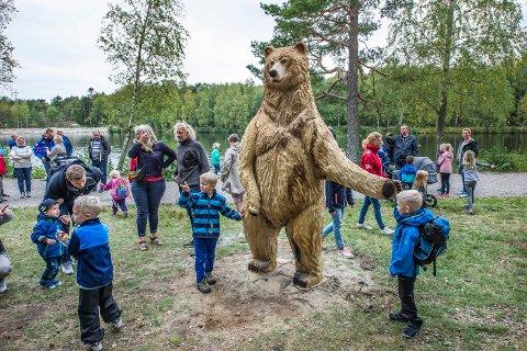 Utvider familien. Den store bjørnen ved 2. dam i Bjørndalen får snart selskap av flere dyr.