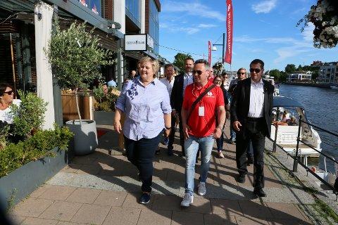 Erna Solberg under et besøk i Fredrikstad sommeren 2017. Her sammen med leder for Glommafestivalen Knut R. Hansen.