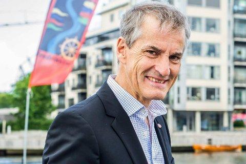 Jonas Gahr Støre på besøk i Fredrikstad. Brevforfatter Tor Prøitz mener Ap-toppen som har lovet å løse opp sammenslåtte kommuner ikke bør få innta statministerposten.
