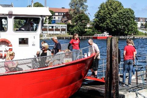 BYFERGEVERT: Isolde Winlund (16) og Sverre Jensen (17) ser til at passasjerene kommer seg trygt ombord i Go' vakker Vivi II.