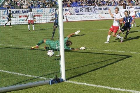 RETUR: Håvar G. Jensen måtte gi retur på et litt slapt langskudd fra Florø i 65. minutt. og urokråka Rashad Muhammed var kjapt fremme på returen. foto: FFK