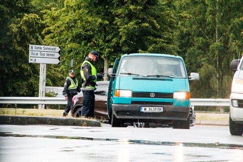 Politiet var tilstede på grenseovergangene lørdag. Her stoppes en bil for kontroll på Svinesund. Politiet fant ikke noe galt.