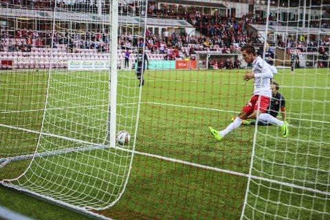 STOLPETTREFF: FFK-nykommeren Rocky Lakaj ser her ballen gå i stolpen. Isteden for at det ble 2-0, så utlignet Strømmen senere tiil 1-1. ALLE FOTO: Harry Johansson