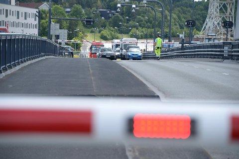 All trafikk over Værstebrua er stengt onsdag ettermiddag, og køene vokser raskt.