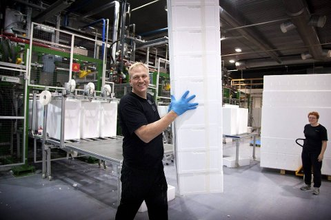 TAR ET TAK: Daglig leder i Styro NOR, Trond Ivar Pedersen, tar i et tak for å få stablet unna fiskekassene bedriftene produserer. Nå får han med seg Fredrikstad-bedriften Jackon på eiersiden.