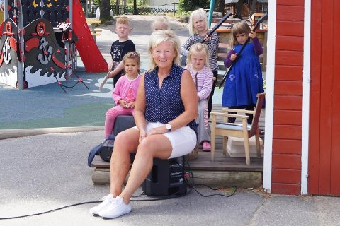 JUBLENDE GLAD: Virksomhetsleder Kristin Epland er strålende fornøyd med at Trondalen barnehage er blant de åtte finalistene i kåringen «Årets barnehage».