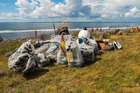 25 KUBIKKMETER: Det ble samlet store mengder søppel på Rauer lørdag. (Foto: Ewoud Ybema www.incredibleglobe.com)