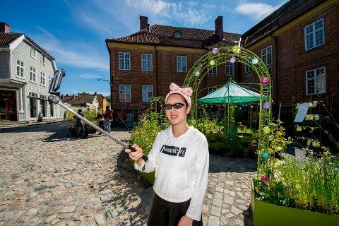 SELFIE: Mandag kom det over 1250 turister til Fredrikstad med cruiseskipet Thomson Celebration. Ling fra Kina brukte dagen på å utforske byen med selfiestanga.