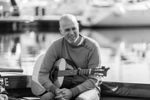 Står bak. Artisten og låtskriveren Stian Soli er initiativtageren til veldedighetsturneringen på Kong Frederik II Golfbane på Byens marker.
