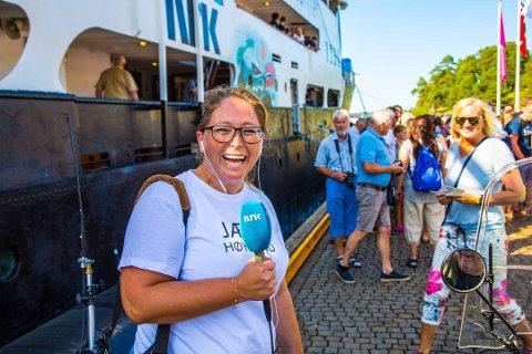 """LOKAL: NRK Østfolds Lotte Olsen skal lede """"Sommertoget minutt for minutt"""" når de ankommer endestasjonen ved 14-tiden lørdag. I 2015 var hun NRK Østfolds utsendte til folkehavet, da Sommerbåten ankom Høysand."""