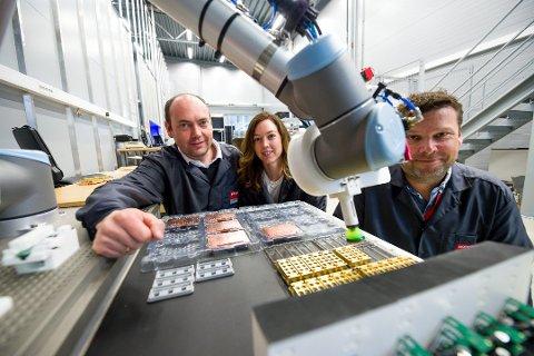 Barco Fredrikstad fikk i år 12 mill i støtte fra Forskningsrådet for å utvikle metoder for å lære roboter typiske menneskelige montasjeoppgaver  Fra venstre er produksjonssjef Vegard Nøklergård, Maria Dahl Aagaard og prosjektleder Johnny Hermans.