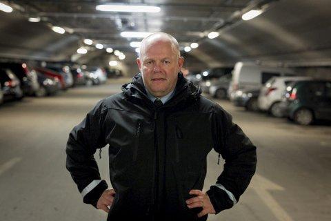PARKERINGSSJEF: Frode Samuelsen mener at ordningen med gratisparkering har vært en ubetinget suksess. Men det koster kommunen dyrt.