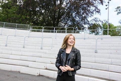 Lotte Marie Gundrosen fra Gressvik er såkalt oppvarmingsartist under søndagens OBOS-konsert på Operataket. Helgen etter varmer hun opp artistene under Parkfesten i Sarpsborg.