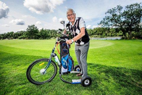 TRENGER IKKE LAPPEN: Hans Jakob Mathisen får mange henvendeler på sin trehjuling. - Det hender at folk stopper opp for å avftografere den, sier 80-åringen. Foto: Geir A. Carlsson
