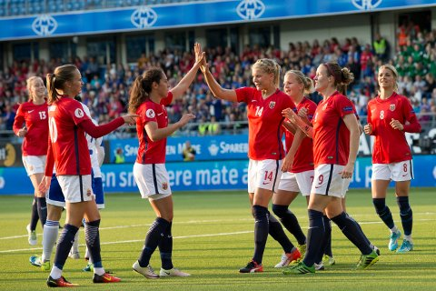 KOMMER: Det norske landslaget med Ada Hegerberg (nummer 14) i spissen kommer til Fredrikstad Stadion for å spille VM-kvalifseringskamp den 15. september  Foto: Svein Ove Ekornesvåg.