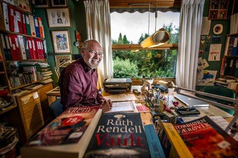 ARBEIDSROMMET PÅ BEGBY: Svein Roald Hansen på arbeidsrommet sitt hjemme på Begby. Der er han omgitt av blant annet politiske papirer og en del av de rundt 4.500 bøkene han og ektefellen har i huset.