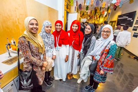 MINHAJ UNGDOM: Disse venninnene var blant deltagerne da Minhaj-ul-Quran arrangerte ungdomsleir mot ekstremisme og radikalisering på Quality i Sarpsborg: Iqra Yousaf, Tayyaba Yousaf, Halima Batool, Khadija Batool, Aisha Adil og Sidra Yousaf. Bilde fra sa.nos reportasje.