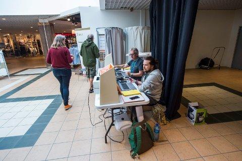 VALG PÅ KJØPESENTERET: Kommunens valgteam har fått inn flest stemmer til stortingsvalget ved byens kjøpesentre. Her passer Dick Ekeroth (til venstre)  og Odin Sikkeland på at alt går riktig for seg i Østfoldhallen torsdag denne uken.