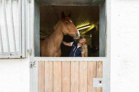HEST ER BEST: Når Fredrikke ikke er på jobb, er hun å finne i stallen. Her er hun med en av hestene sine, Don Diego.