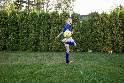 I AKTIVITET: Fredrik August har tilgang til både telefon, Ipad og PC, men det meste av tiden sin bruker han på fotball og innebandy.