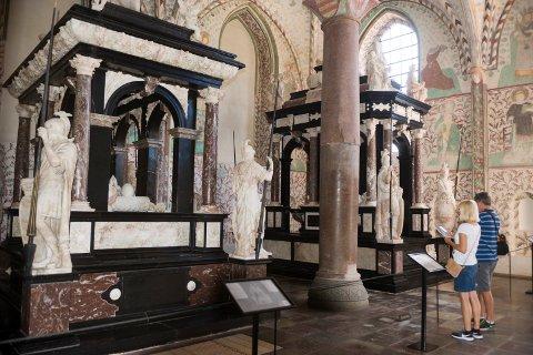 FAR OG SØNN: Sarkofagene til Frederik II (til høyre) og hans far er nærmest identiske.
