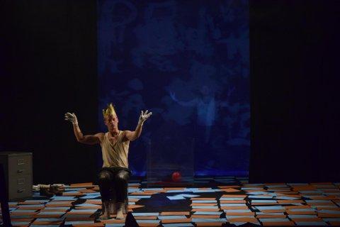 BENDIK RIIS OBDUKSJON AV MYTEN: Teaterforestillingen om den omtalte kunstmaleren fra Fredrikstad, kan oppleves denne uken på Blå Grotte.