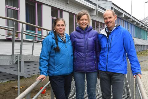 ALLE FRA FREDRIKSTAD: Dette skoleåret er det Anne Jahre (avdelingsleder barnetrinnet), Anne-Line Pedersen (konstituert rektor) og Carsten Henriksen (avdelingsleder ungdomstrinnet) som utgjør ledelsen ved Longyearbyen skole på Svalbard. Alle er fra Fredrikstad.