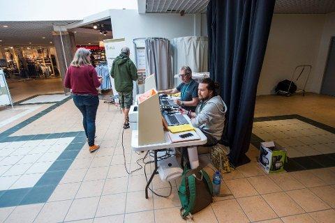 Kommunen har prøvd flere grep for å få folk til å stemme. Stemmebrakka og forhåndsstemming rundt om i kommunen har vært ett av tiltakene. Men valgdeltakelsen er likevel lavere i år enn i 2013.