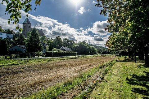 Departementet gir grønt lys: Kraftledningen  er planlagt i luftstrekk ved Kråkerøy kirke og kirkegård. Bystyrets klage førte ikke frem. (Arkivfoto: Geir A. Carlsson)
