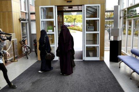 Ikke lov i timen: Da niqab-debatten raste i fylkeskommunen i 2012, dukket disse kvinnene opp i fylkeshuset for å markere motstand mot forbudet mot ansiktsdekkende plagg. Likevel vedtok politikerne at det ikke er tillatt i undervisningen. Nå ønsker regjeringen et generelt nasjonalt forbud.